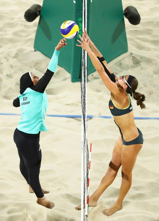 La foto de dos jugadoras de voleibol playa que se convirtió en una ...
