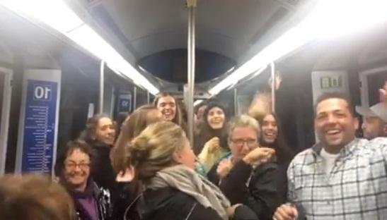 Músico hace bailar con 'La bicicleta' a pasajeros de metro