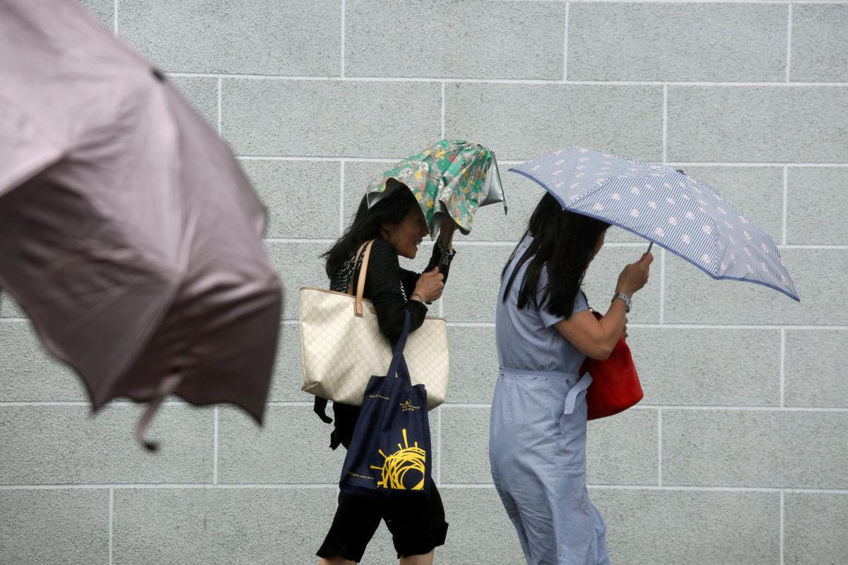 Cien vuelos cancelados en Hong Kong por tifón Merbok
