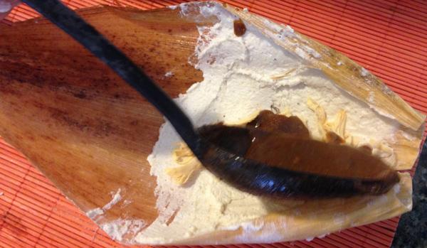 Muere por comer tamales de pollo; hay 10 intoxicados más