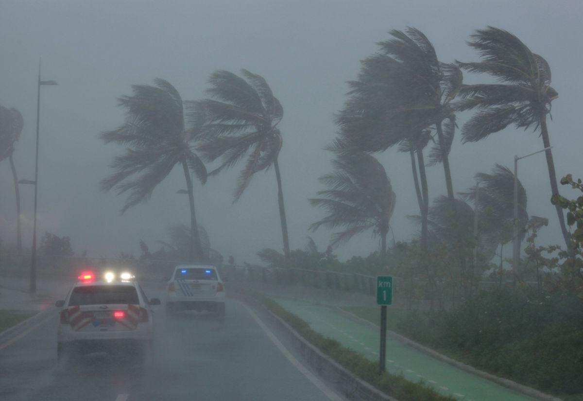 Autoridades ordenan desalojo de 5.6 millones en Florida