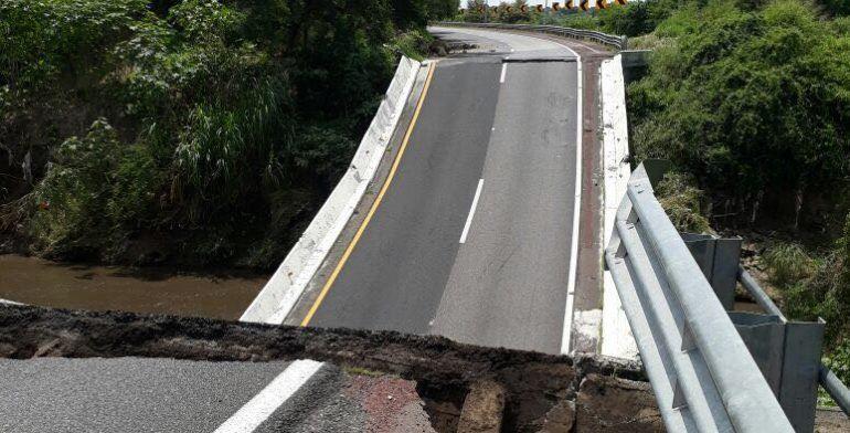 Colapsa puente vehicular en autopista del Sol