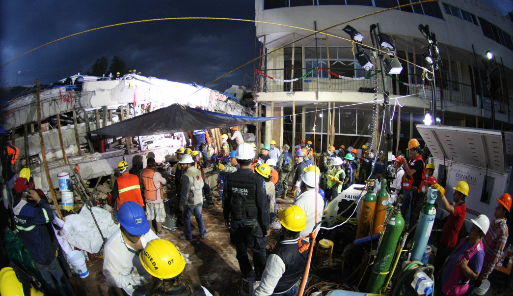 Terremoto en México: intentan de manera desesperada rescatar a niña