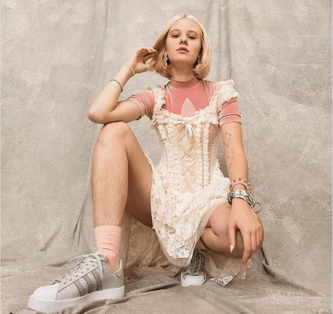 Adidas lanza polémica campaña con modelo sin depilar