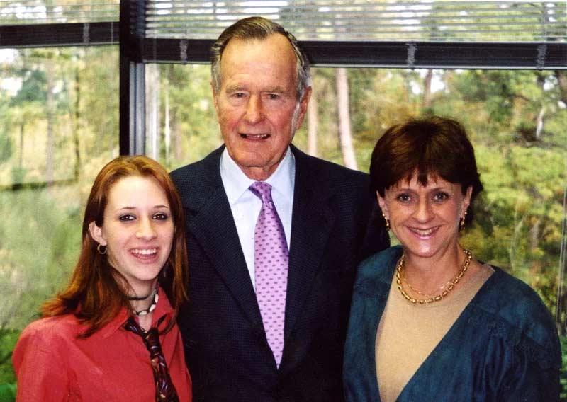 Otra mujer acusa al ex presidente Bush padre de haberla manoseado