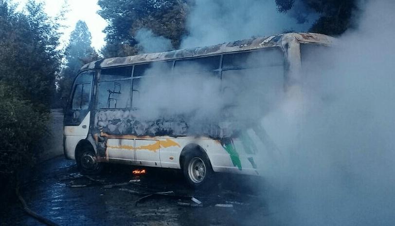 Encapuchados quemaron bus en Ercilla y dejaron carta contra visita papal