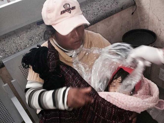Mujer viaja con niño muerto en bolsa de plástico