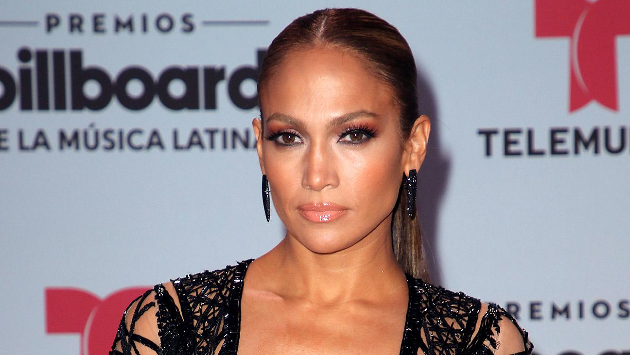 Llueven críticas a Jennifer Lopez por modificar su trasero