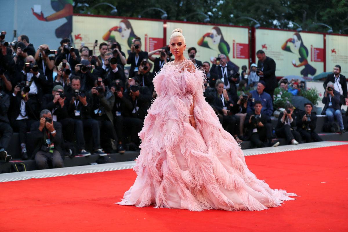 Lady Gaga y Cooper presentan su versión de A star is born