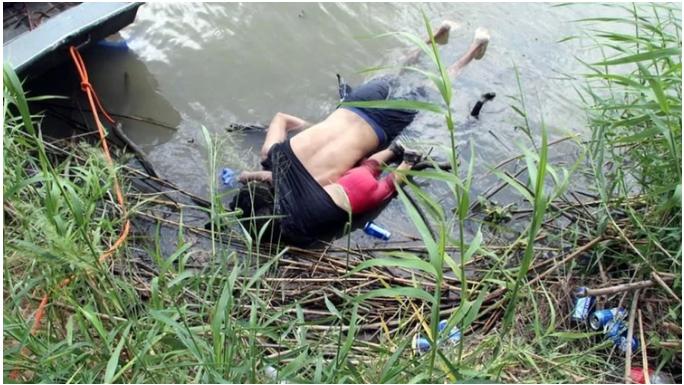 Llega esposa y madre de víctimas ahogadas en río Bravo