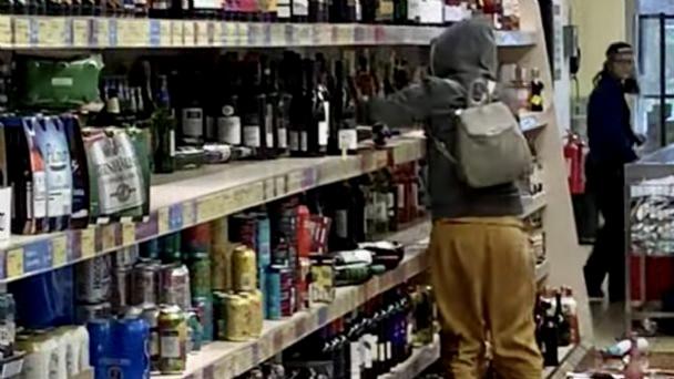 Mujer iracunda arrasó con cientos de botellas de alcohol en supermercado — Tragedia